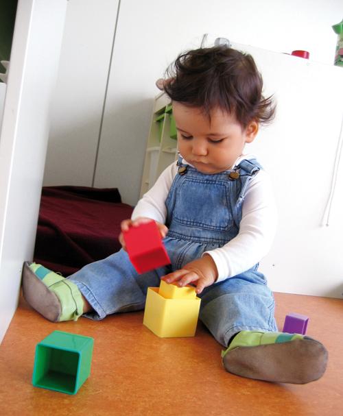 Kind beim Spielen in der Kinderkrippe / Kindertagesstätte Smile e.V. in Dreieich